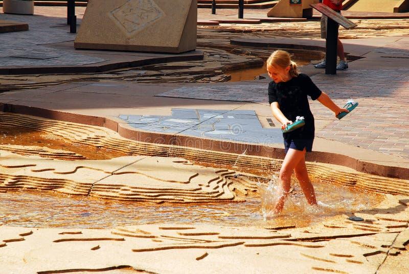 Una ragazza guada in un modello di scala del fiume Mississippi fotografia stock libera da diritti
