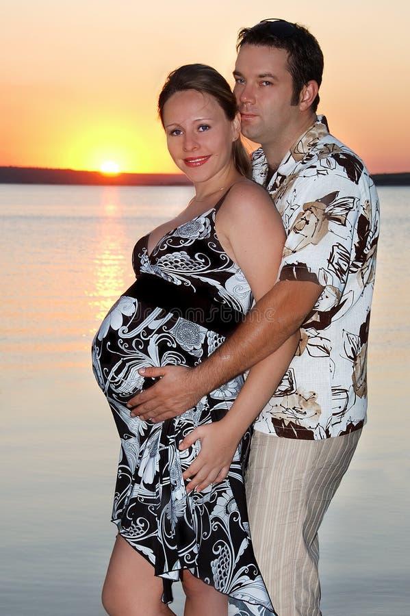 Una ragazza incinta con il suo marito immagini stock