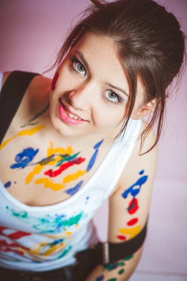 Una ragazza ? macchiata con pittura fotografia stock libera da diritti