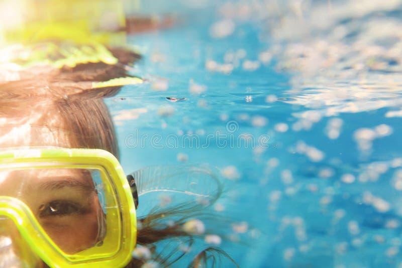 Una ragazza in mascherine sotto l'acqua, chiudete il ritratto fotografie stock libere da diritti