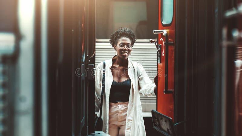 Una ragazza nera che entra in un vagone fotografia stock libera da diritti
