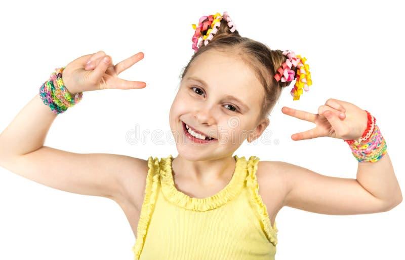 Una ragazza sorridente con un'acconciatura alla moda immagine stock