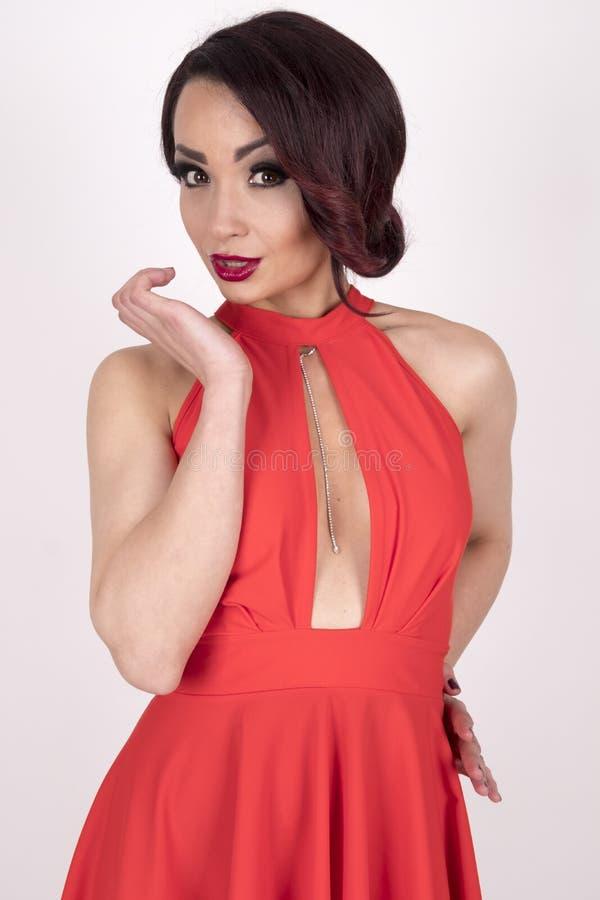 Una ragazza splendida in un vestito rosso immagine stock