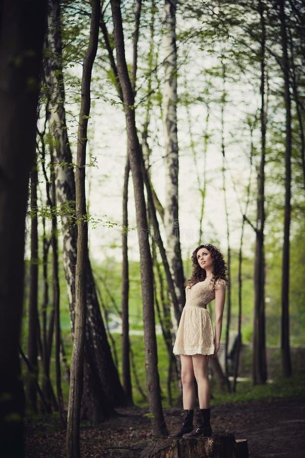 Una ragazza sta camminando nel parco immagine stock