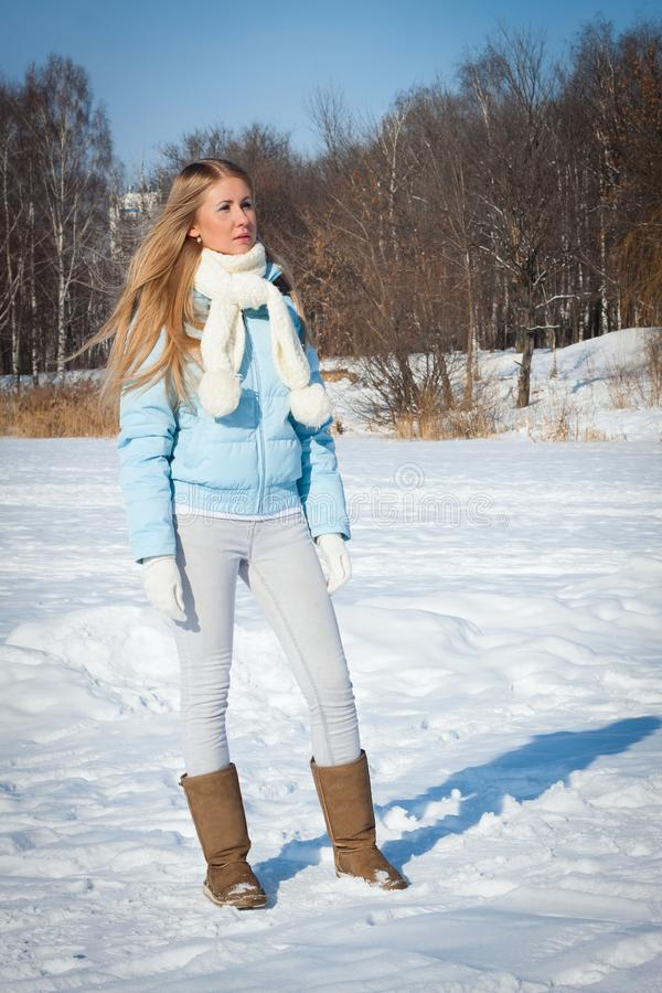 Una ragazza sta stando in un parco Inverno russo freddo immagine stock libera da diritti