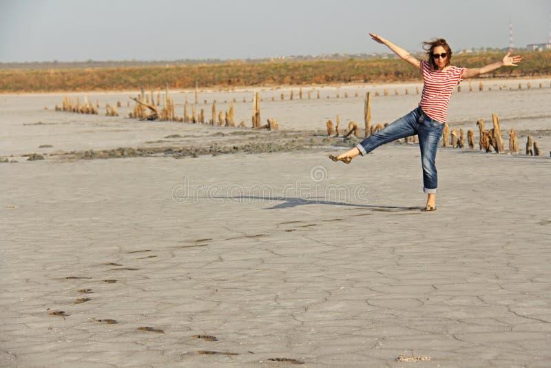 Una ragazza su un lago con fango nero curativo fotografia stock libera da diritti