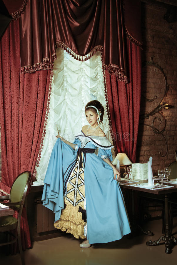 Una ragazza in un abito di sfera. fotografie stock