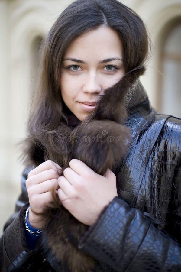 Una ragazza in un collare della pelliccia immagine stock