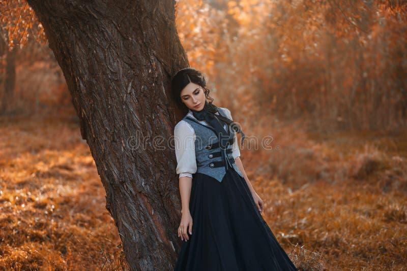 Una ragazza in un vestito d'annata immagini stock libere da diritti