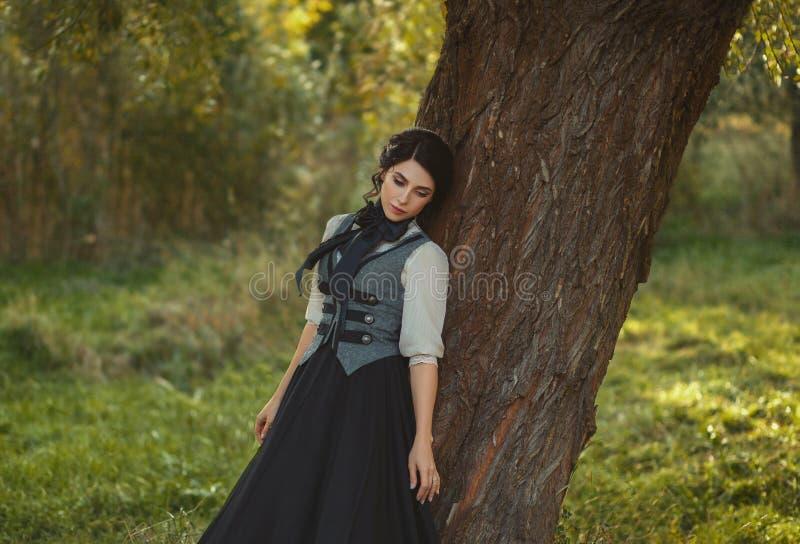 Una ragazza in un vestito d'annata immagine stock libera da diritti