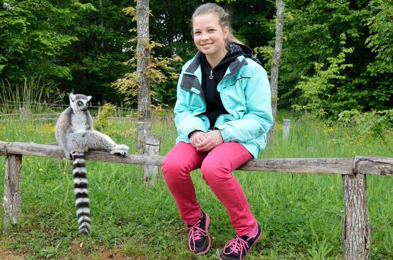 Una ragazza vicino alle lemure addomesticate fotografie stock