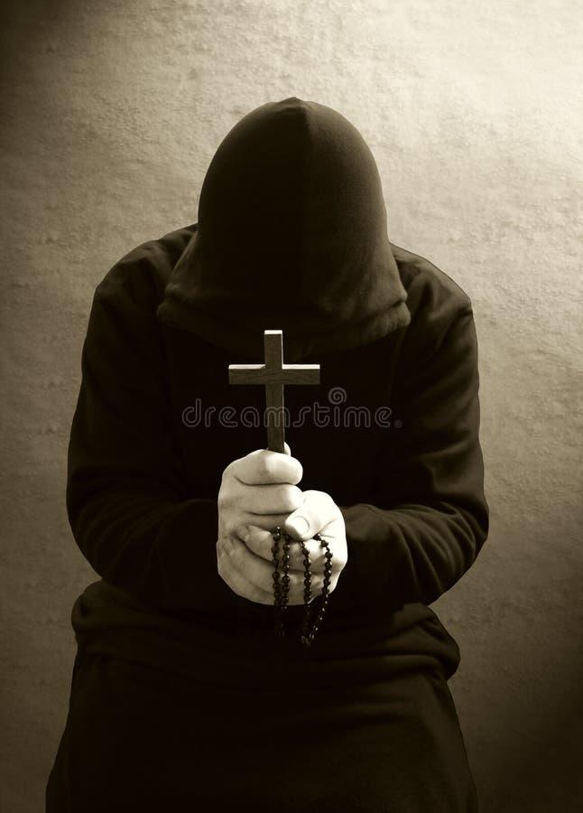 Una rana pescatrice cristiana di preghiera immagine stock