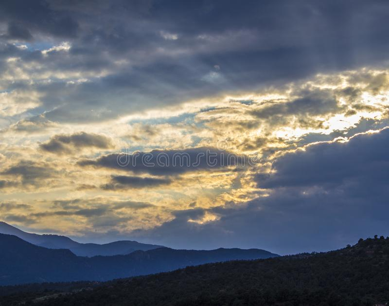 Una raya de oro en el cielo imagen de archivo libre de regalías