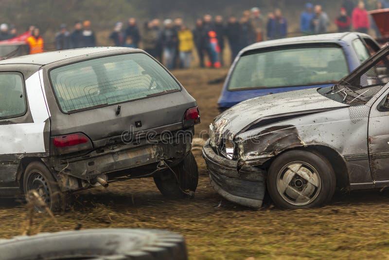 Una raza de coches que se golpearon coches quebrados viejos en desplomes durante una raza foto de archivo