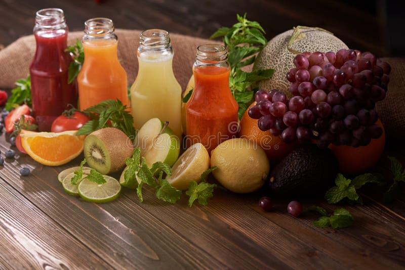 Una rebanada de naranja, kiwi, limón, tomate, arándanos, strawberrie imágenes de archivo libres de regalías