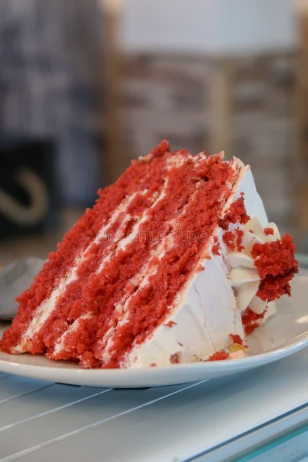 Una rebanada de una torta roja del terciopelo fotografía de archivo libre de regalías