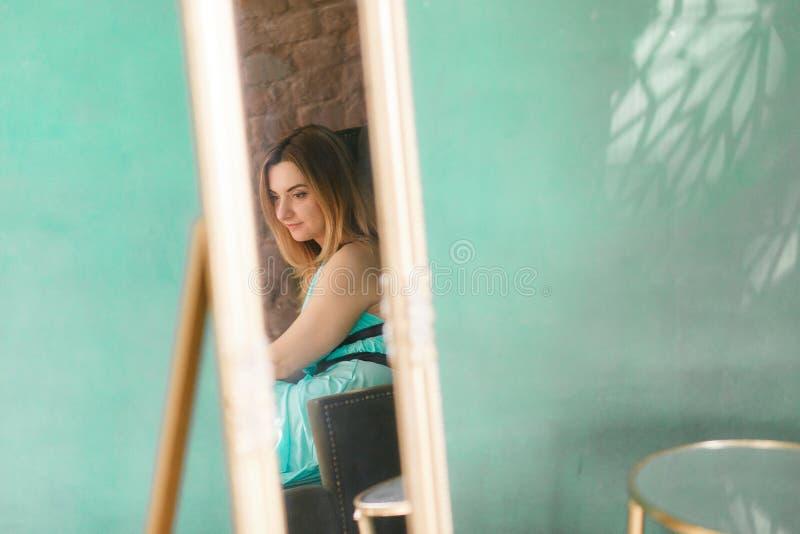 Una reflexión de espejo del primer de una mujer, foco selectivo Pared verde del desván en fondo con el copyspace imagen de archivo libre de regalías