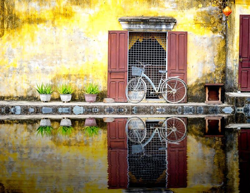 Una reflexión de una bicicleta en hoi-an imagenes de archivo