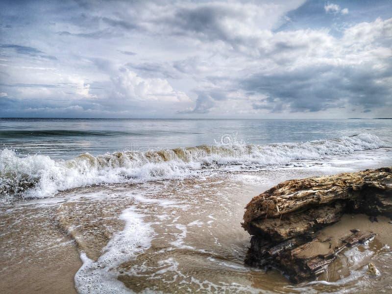 Una reflexi?n lisa sedosa chapoteante hermosa del agua que salpica en la playa fotos de archivo libres de regalías