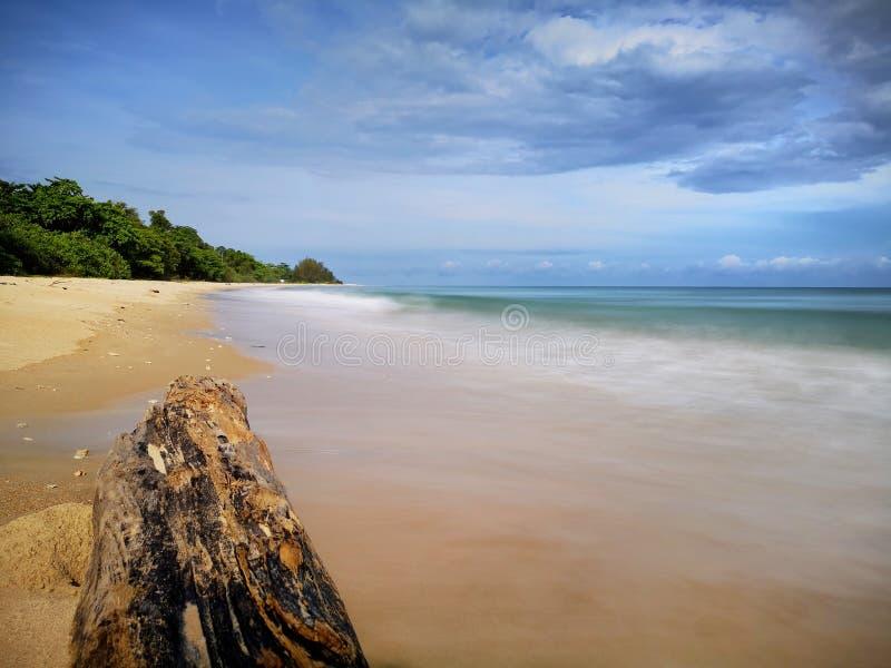 Una reflexi?n lisa sedosa chapoteante hermosa del agua que salpica en la playa imagenes de archivo