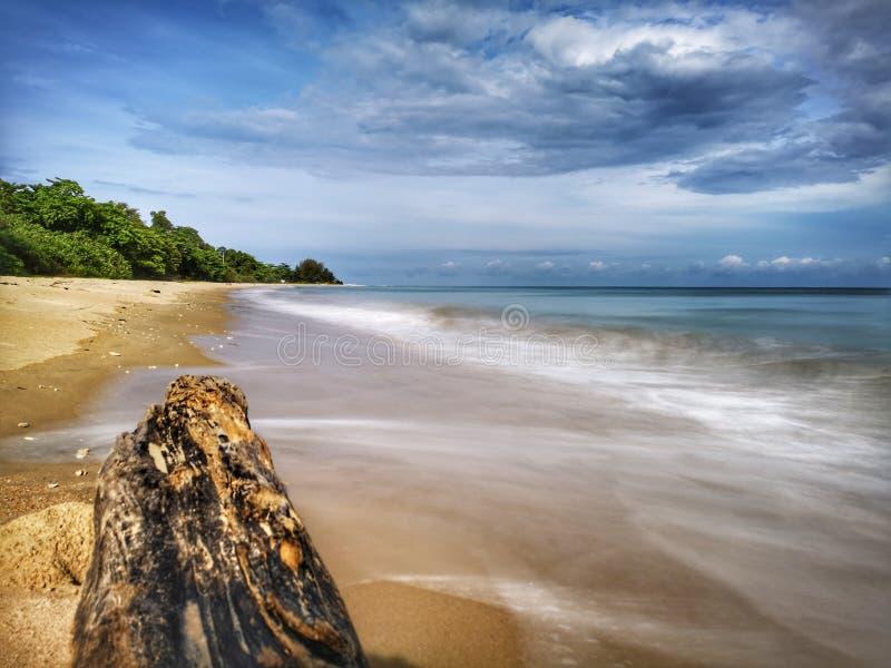 Una reflexi?n lisa sedosa chapoteante hermosa del agua que salpica en la playa foto de archivo libre de regalías