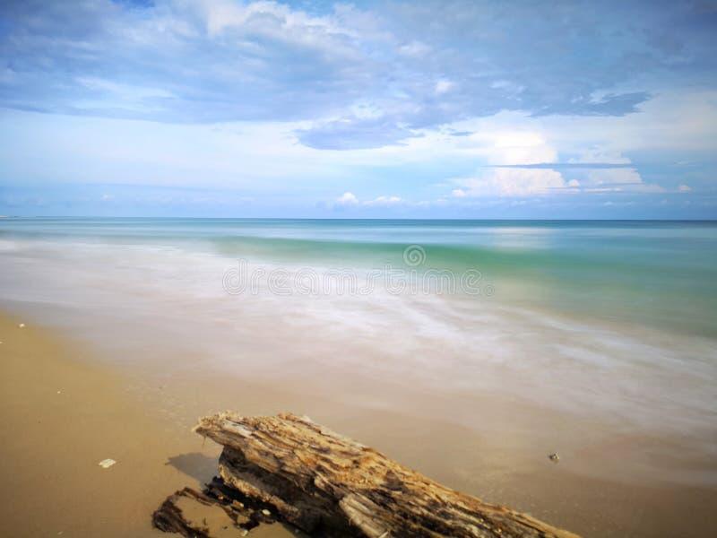 Una reflexi?n lisa sedosa chapoteante hermosa del agua que salpica en la playa imagen de archivo libre de regalías
