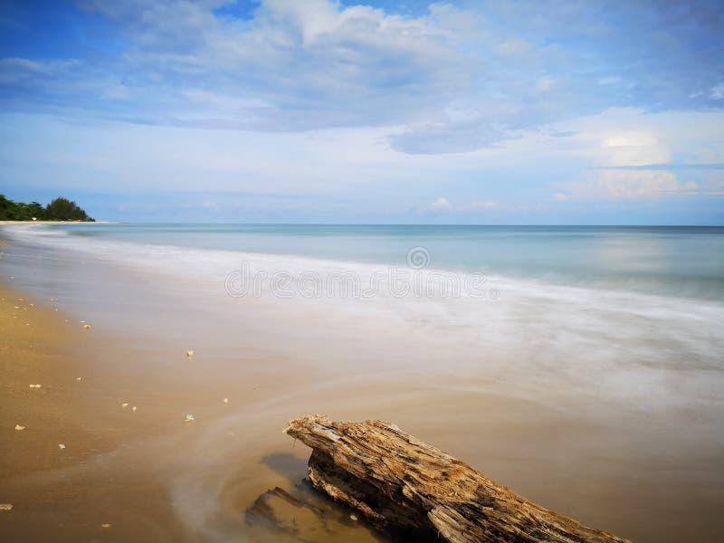 Una reflexi?n lisa sedosa chapoteante hermosa del agua que salpica en la playa fotografía de archivo libre de regalías
