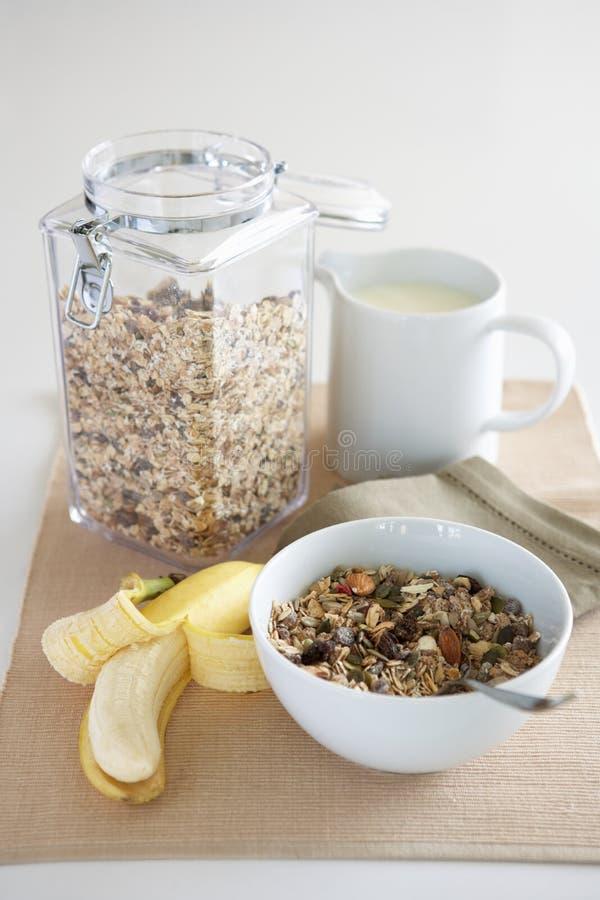 Una regolazione della tabella degli alimenti di prima colazione fotografie stock libere da diritti