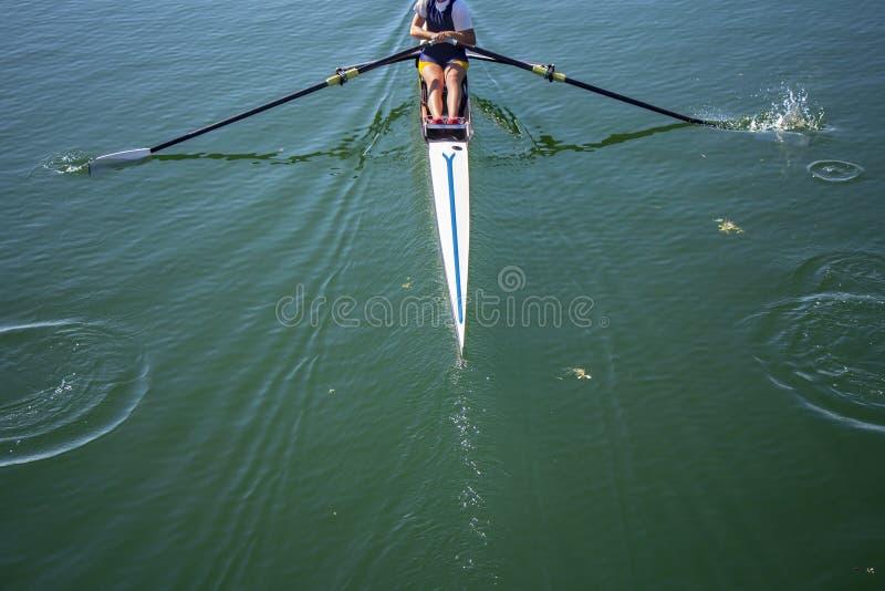 Una rematura della ragazza in barca immagini stock