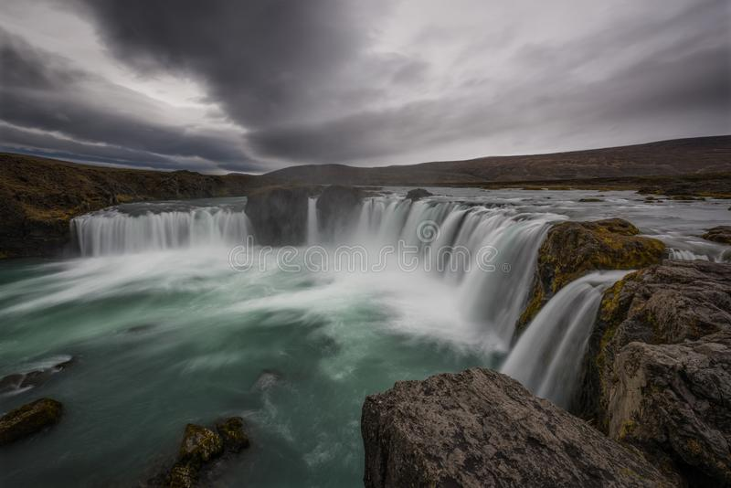 Una repisa cerca del borde de la cascada de Godafoss en Islandia fotos de archivo libres de regalías