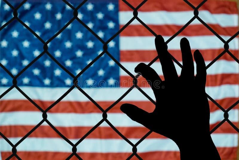Una representación simbólica de inmigrantes y de los Estados Unidos de América fotos de archivo libres de regalías