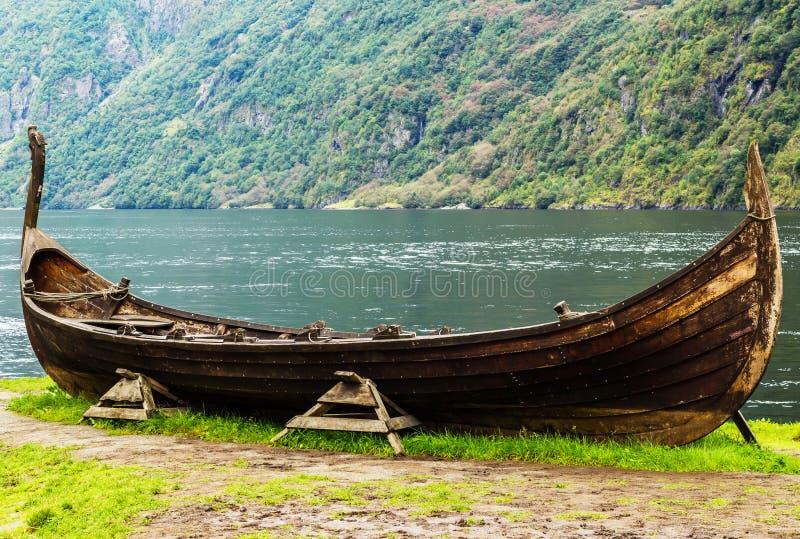 Una reproducción de la lancha de vikingo, cerca el pueblo noruego del fiordo llamó Flam fotografía de archivo