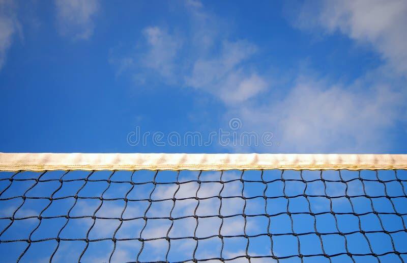 Una rete di tennis e un cielo blu nuvoloso fotografia stock libera da diritti