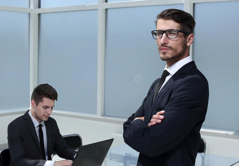 Una rete seria di due uomini d'affari in ufficio fotografia stock