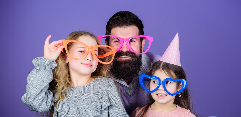 Una reunión Partido de la familia Familia feliz que celebra la fiesta de cumpleaños Familia de padre y de hijas que llevan el par fotos de archivo libres de regalías