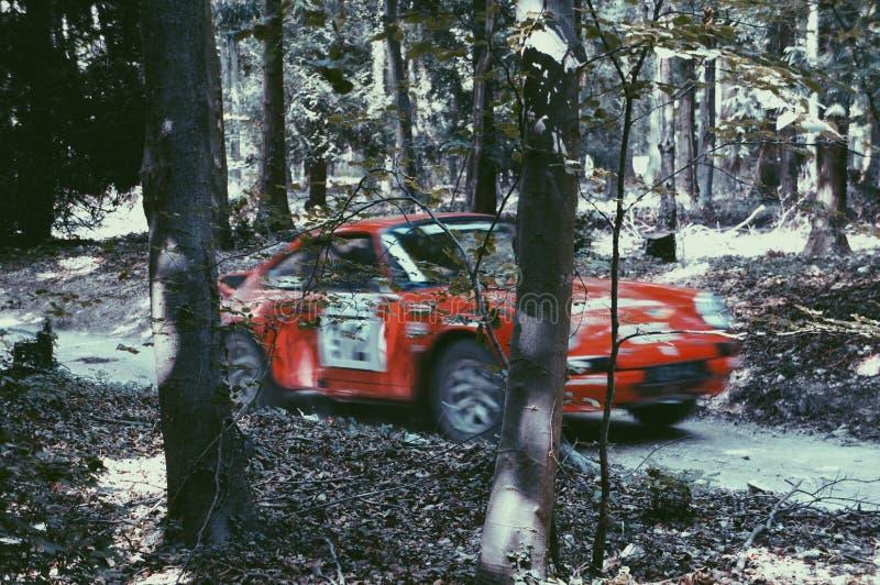 Una reunión roja Porsche que compite con en GoodWood fotografía de archivo