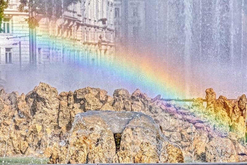Una riflessione dell'arcobaleno sulla fontana fotografie stock