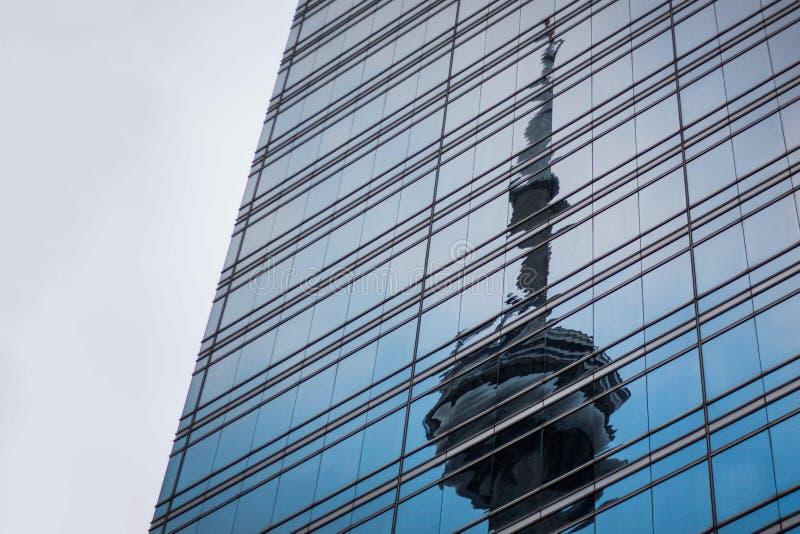 Una riflessione di una torre del segnale su una costruzione moderna fotografie stock