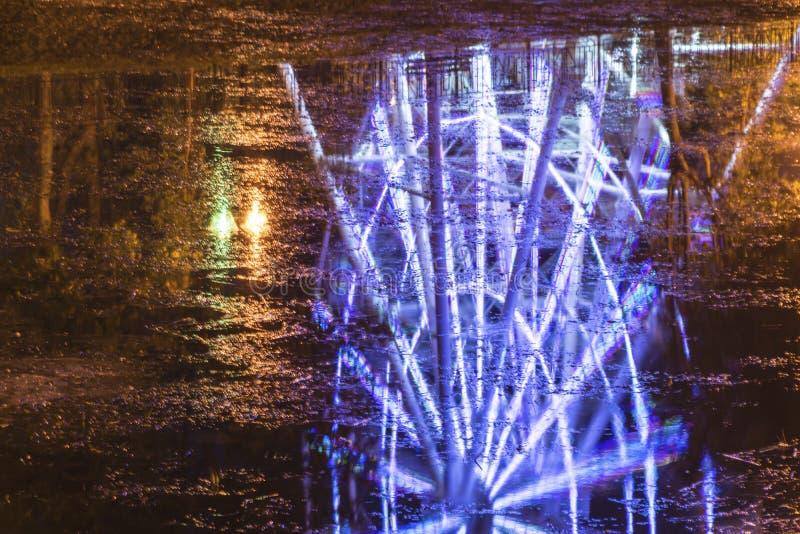 Una riflessione viva di un'osservazione spinge dentro l'acqua di fiume scura immagini stock