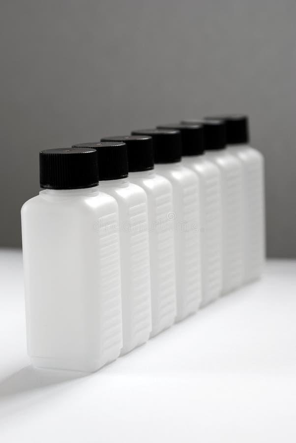 Una riga delle bottiglie vuote 1 della plastica immagine stock