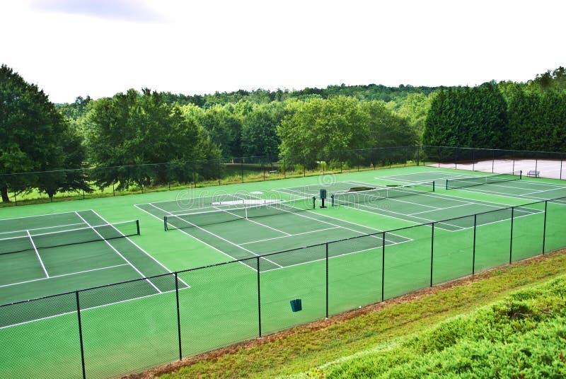 Una riga delle corti di tennis vuote immagini stock
