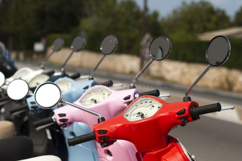 Una riga di ciclomotori/motorini fotografie stock libere da diritti