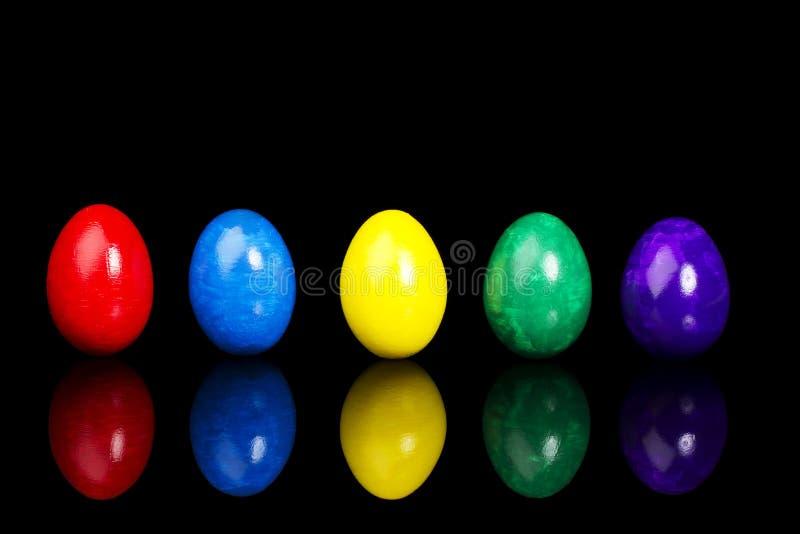 Una riga di cinque uova di Pasqua immagini stock libere da diritti