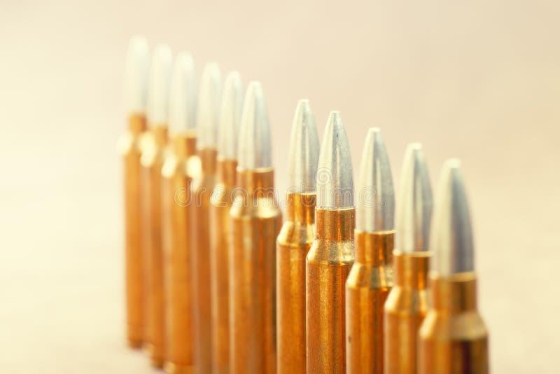 Una riga di munizioni immagini stock