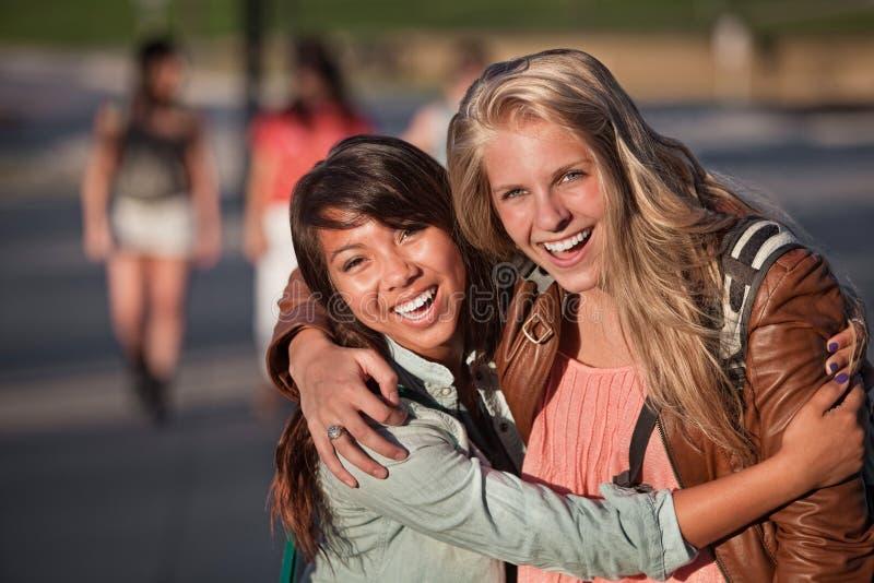 Una risata delle due giovani donne fotografia stock
