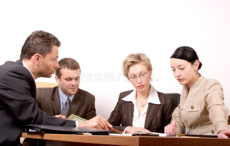 Una riunione di affari di 4 persone  immagine stock libera da diritti