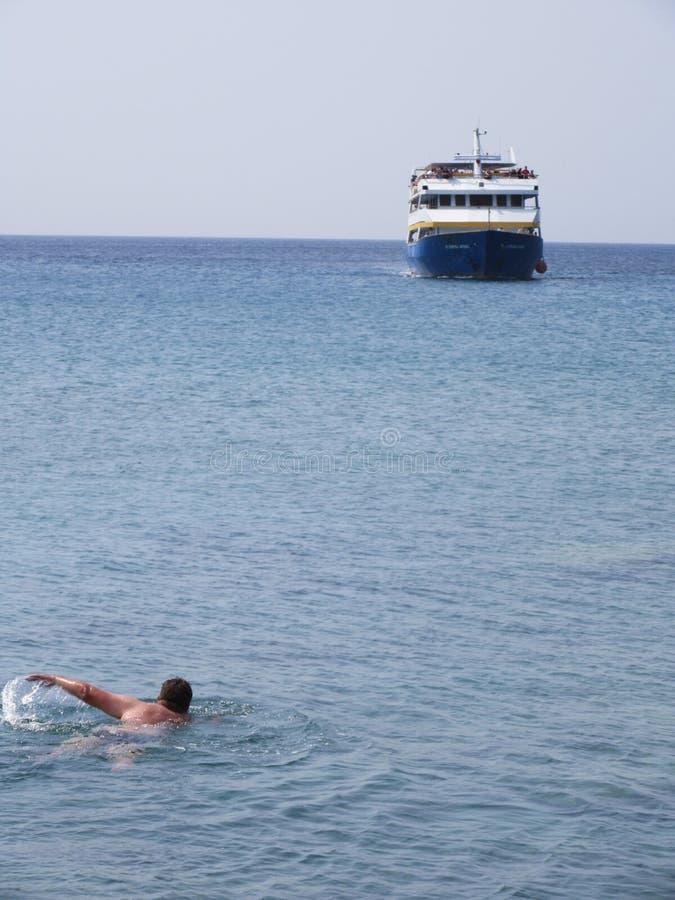 Una riunione di due oggetti di galleggiamento nel mare immagine stock