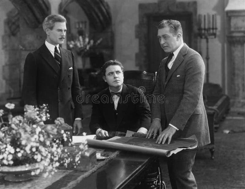 Una riunione di tre uomini d'affari immagini stock