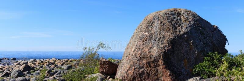 Una roca grande en una playa de piedras en Estonia imagen de archivo