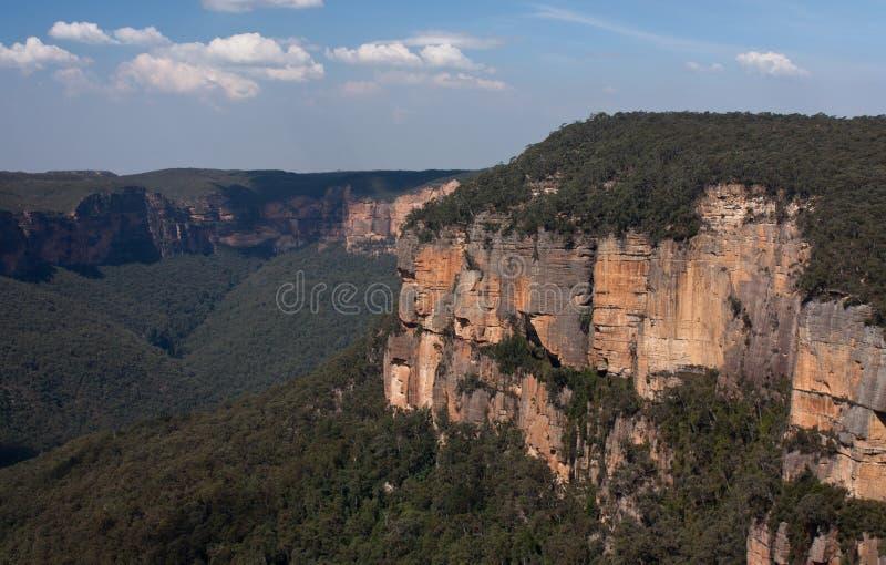 Una roca grande según lo visto del Evan' puesto de observación de s en las montañas azules fotos de archivo